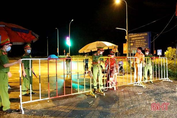 Lực lượng chức năng lập chốt phong tỏa khu vực các bệnh nhân sinh sống ngay trong đêm 11/6.