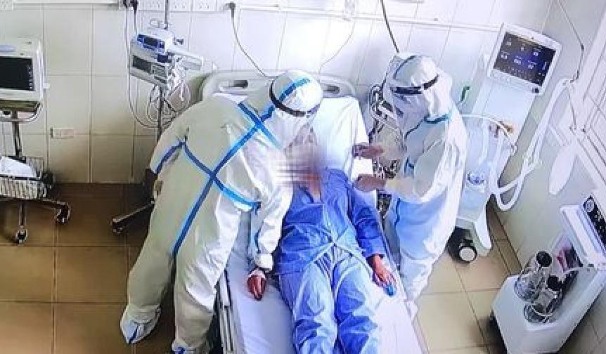 Ảnh minh họa: Bác sĩ điều trị bệnh nhân COVID-19 nặng.