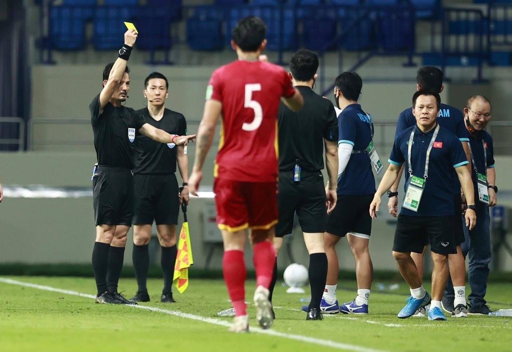 HLV Park nhận thẻ vàng từ trọng tài Sato Ryuji, sau khi phản ứng trong trận đấu Malaysia trên sân Al Maktoum.