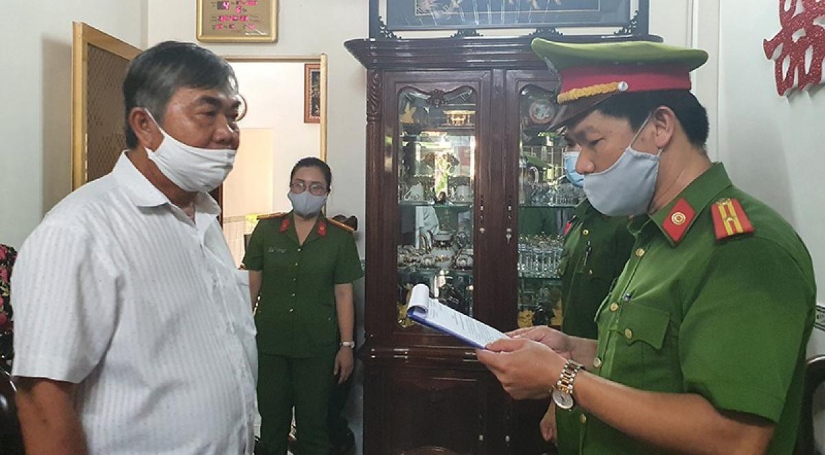 Ông Nguyễn Chí Hiến nghe lệnh bắt tạm giam.