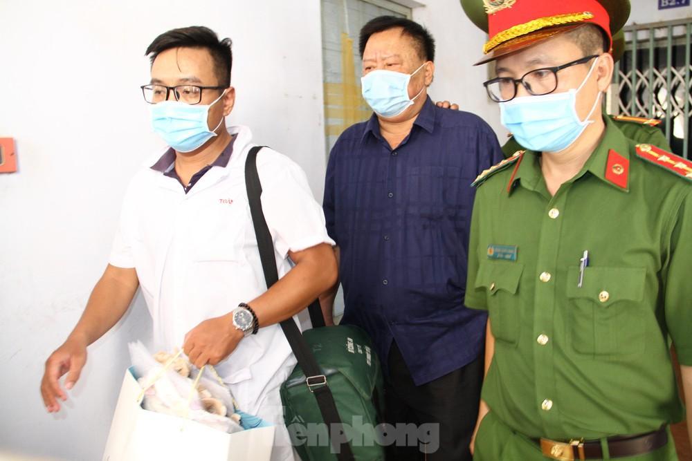 Công an dẫn giải ông Võ Tấn Thái (áo đen, giữa) về trại giam. Ảnh L.H