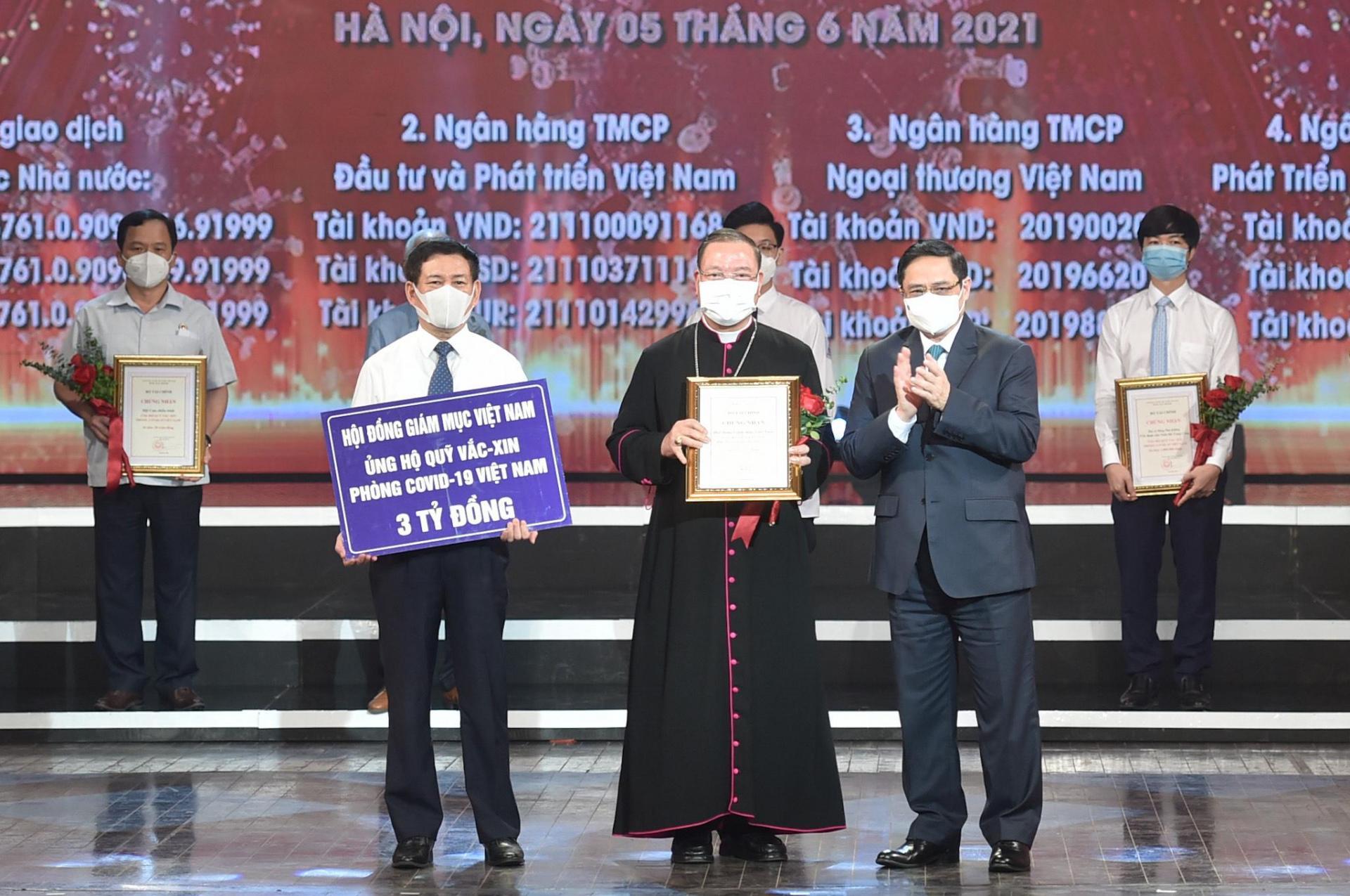Thủ tướng Chính phủ Phạm Minh Chính trao chứng nhận, hoa cảm ơn Tổng Giám mục Vũ Văn Thiên, Phó Tổng Thư ký Hội đồng Giám mục Việt Nam.