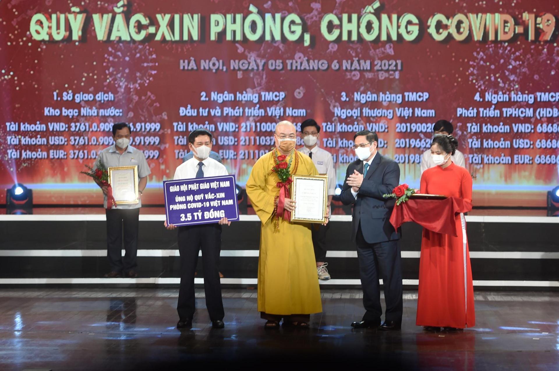Thủ tướng Chính phủ Phạm Minh Chính trao chứng nhận, hoa cảm ơn Hòa Thượng Thích Thanh Nhiễu, Phó Chủ tịch Thường trực Hội đồng Trị sự Trung ương Giáo hội Phật Giáo Việt Nam.