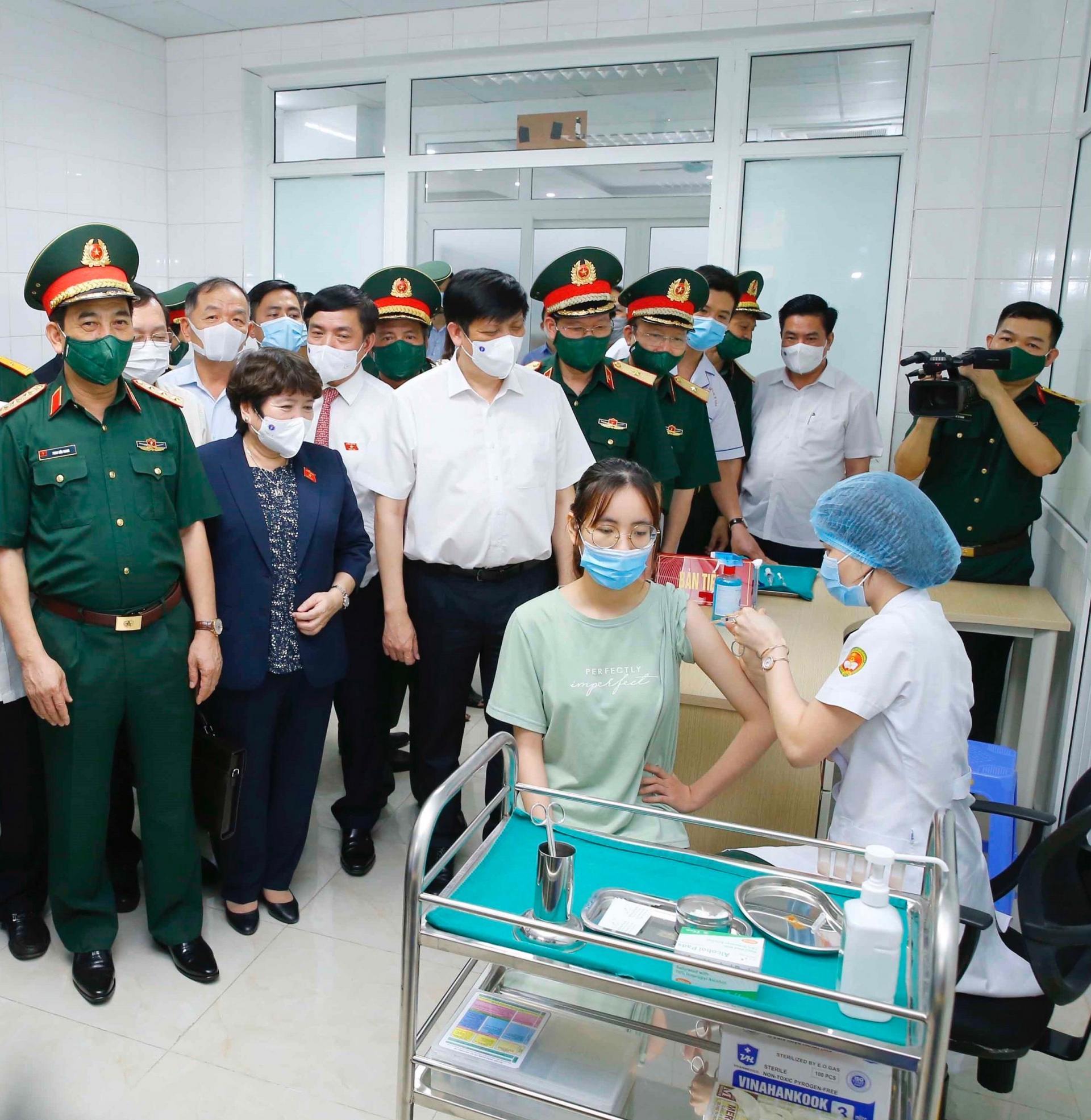 Bộ trưởng Bộ Y tế Nguyễn Thanh Long và Bộ trưởng Quốc Phòng Phan Văn Giang hỏi thăm, động viên tình nguyện viên tiêm thử nghiệm vắc xin phòng COVID-19 Nano Covax.