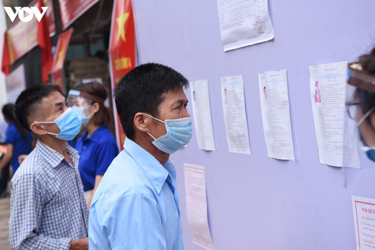 Người dân xã Tráng Việt đang cân nhắc lựa chọn các ứng viên trong số danh sách 6 người để bầu HĐND xã. Người dân xã Tráng Việt sẽ bầu ra 4 người đắc cử HĐND trong số 6 ứng viên.
