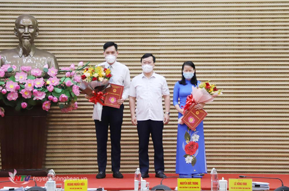 Chủ tịch UBND tỉnh Nguyễn Đức Trung trao Quyết định và tặng hoa chúc mừng