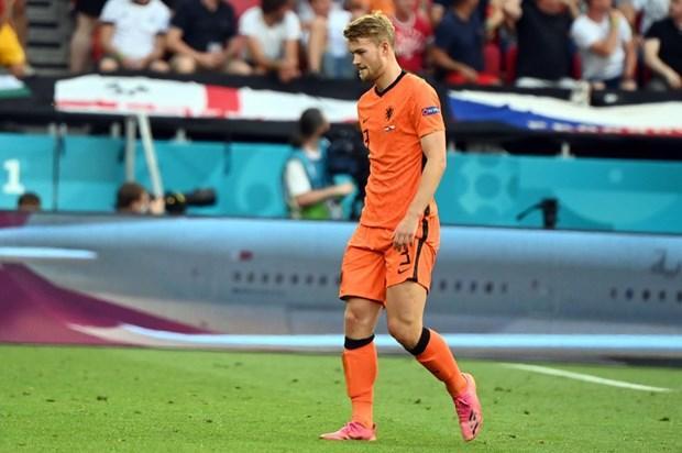 Matthijs de Ligt rời sân với tấm thẻ đỏ bước ngoặt. (Nguồn: AFP/Getty Images)