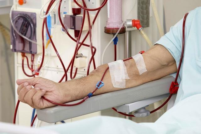Người bệnh thận lọc máu xong về nhà ngay, tắm bằng nước ấm và thay quần áo mới.