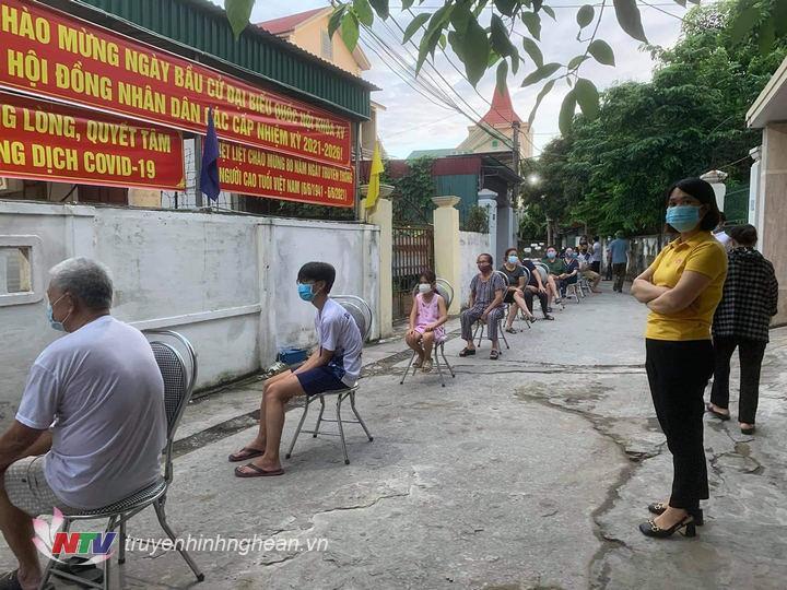 Người dân phường Hà Huy Tập, TP Vinh chờ xét nghiệm.