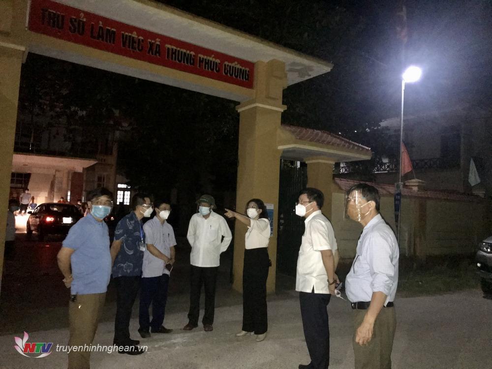 Lãnh đạo Sở Y tế, CDC, huyện Nam Đàn mặt tại xã Trung Phúc Cường trong đêm để chỉ đạo công tác lấy mẫu