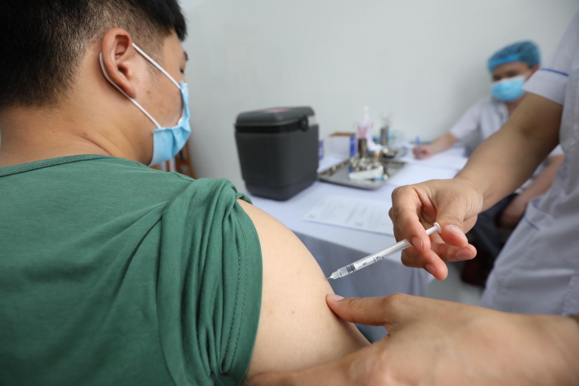 Tiêm vắc xin phòng COVID-19 Nano Covax cho người tình nguyện giai đoạn 3.