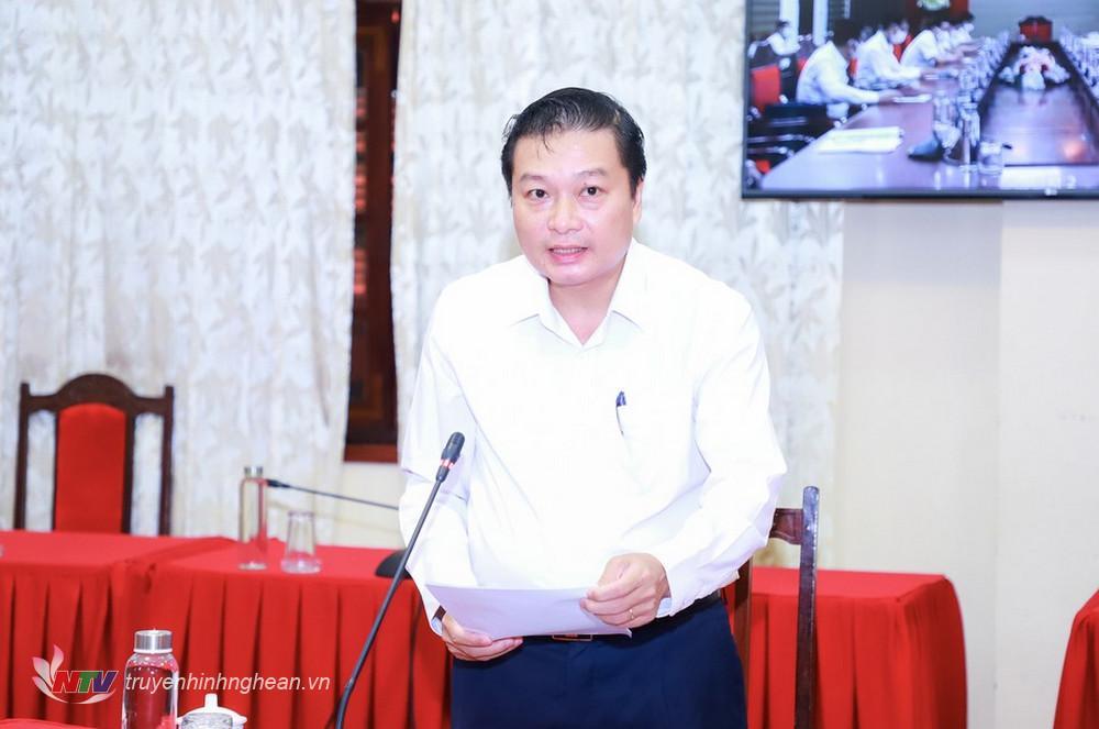 Phó Chủ tịch Thường trực UBND tỉnh Lê Hồng Vinh báo cáo về kinh tế - xã hội 6 tháng cuối năm.