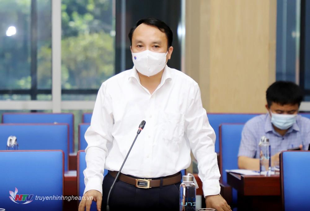 Giám đốc Sở Y tế Nghệ An Dương Đình Chỉnh báo cáo tại cuộc họp.