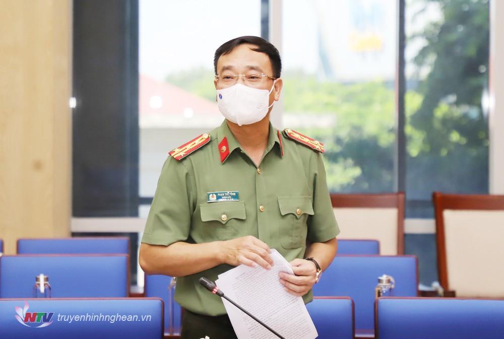 Đại tá Phạm Thế Tùng - Giám đốc Công an tỉnh phát biểu tại cuộc họp.