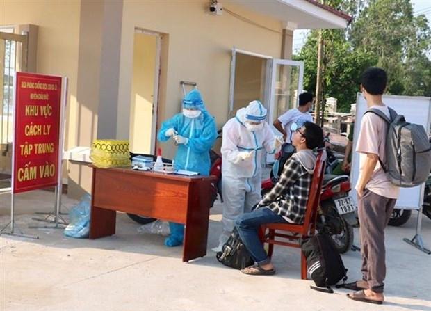 Lực lượng chức năng đưa các trường hợp trở về từ quận Gò Vấp, thành phố Hồ Chí Minh vào cách ly tập trung xã Suối Rao, huyện Châu Đức và thực hiện lấy mấu xét nghiệm.
