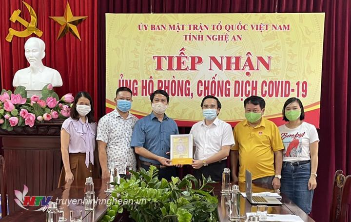 Phó Giám đốc Đài PT-TH Nghệ An Phan Văn Thắng trao ủng hộ cho UBMTTQ tỉnh.