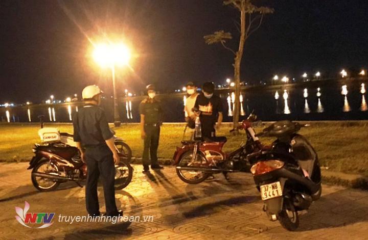 Lực lượng chức năng xã Hưng Lộc tuần tra, xử lý các trwòng hợp tụ tập tại khu vực hồ điều hoà xã Hưng Lộc tối 22-6