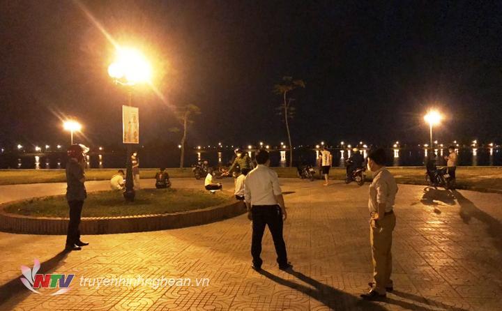 Lãnh đạo xã Hưng Lộc cùng lực lượng chức năng của xã có mặt tại khu vực hồ điều hoà để xử lý các trường hợp vi phạm Chỉ thị 16