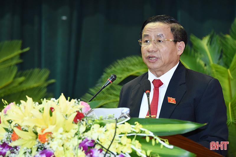 Bí thư Tỉnh ủy, Chủ tịch HĐND tỉnh Lê Đình Sơn phát biểu chúc mừng Chủ tịch UBND tỉnh Trần Tiến Hưng.