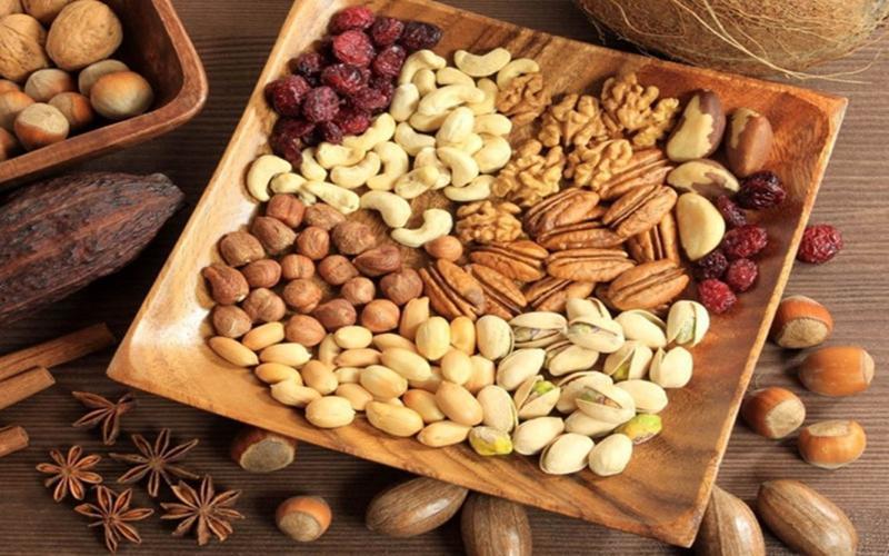 Các loại hạt: Quả hồ đào, đậu phộng, óc chó và hạnh nhân là lựa chọn tuyệt vời bởi chúng là một nguồn cung cấp dồi dào protein, chất béo lành mạnh và vitamin.