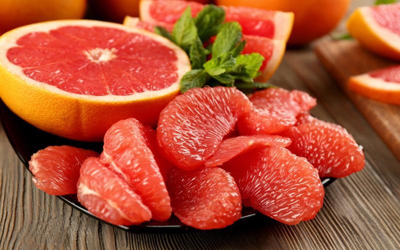 Bưởi chứa một lượng lớn vitamin C và các chất chống oxy hóa. Ăn bưởi thường xuyên sẽ giúp làm sạch hệ tiêu hóa, hệ tuần hoàn, giải độc và thanh lọc gan.