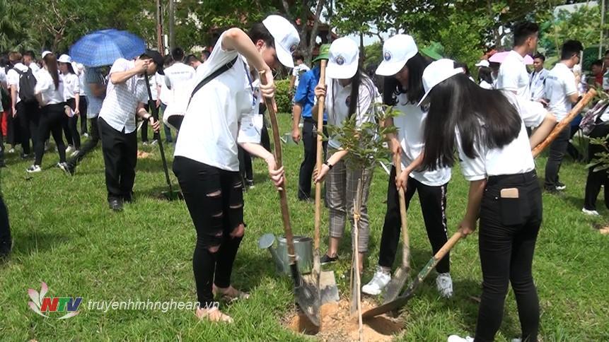 Các đại biểu trồng cây lưu niệm trong khuôn viên Khu di tích.
