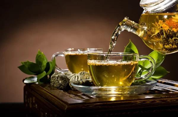 Uống trà xanh giúp tăng cường trao đổi chất, thúc đẩy đốt cháy năng lượng.