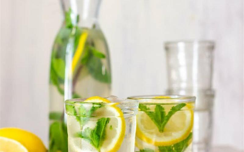 Nước chanh bạc hà: Giàu vitamin C và chất xơ, nước chanh bạc hà mang lại cho bạn cảm giác dễ chịu và tiếp sức cho cơ thể.