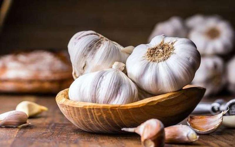 Tỏi chứa hợp chất có tên allicin tốt cho sức khỏe, giúp thanh lọc cơ thể, loại bỏ các chất độc và hỗ trợ hệ tiêu hóa khỏe mạnh.