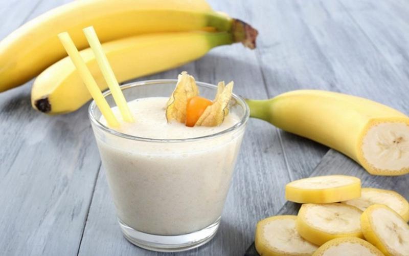 Sinh tố chuối: Chuối giàu kali, chất xơ, vitamin C và B6. Hãy xay 1-2 quả chuối cùng với sữa.Thức uốngnày giúp cung cấp năng lượng cho cơ thể.