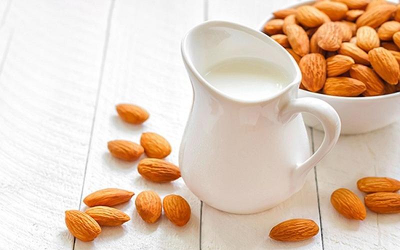 Sữa hạnh nhân: Ngâm 10-12 hạt hạnh nhân với nước và để qua đêm, sau đó bóc vỏ lụa, xay hạnh nhân với một ly sữa ít béo, thêm một thìa mật ong. Sữa hạnh nhân là thức uống lành mạnh bổ sung năng lượng cho cơ thể.