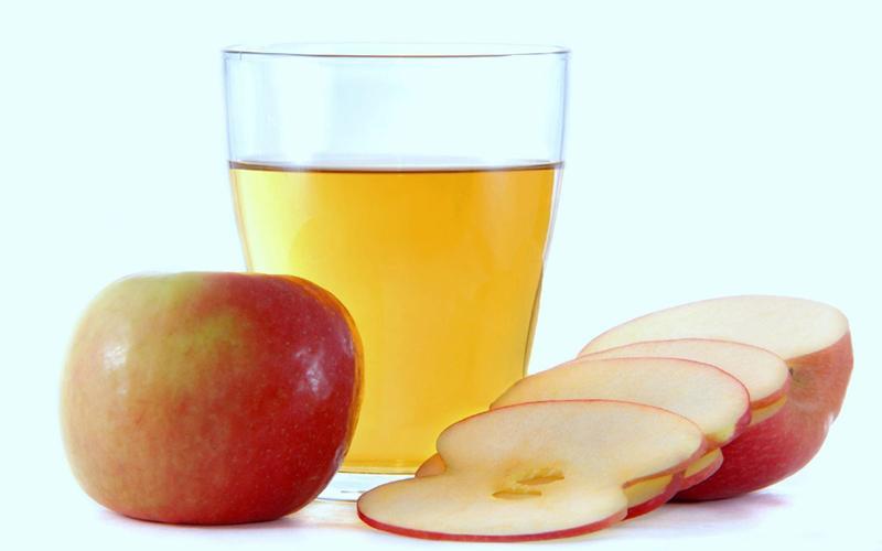 Nước ép táo và cà chua: Giàu vitamin, sắt và chất xơ, nước ép táo và cà chua cũng là một thức uống giúp tăng cường năng lượng. Bạn hãy cắt nhỏ táo và cà chua, cho thêm một ly nước, một chút nước cốt chanh và một thìa mật ong để xay cùng.
