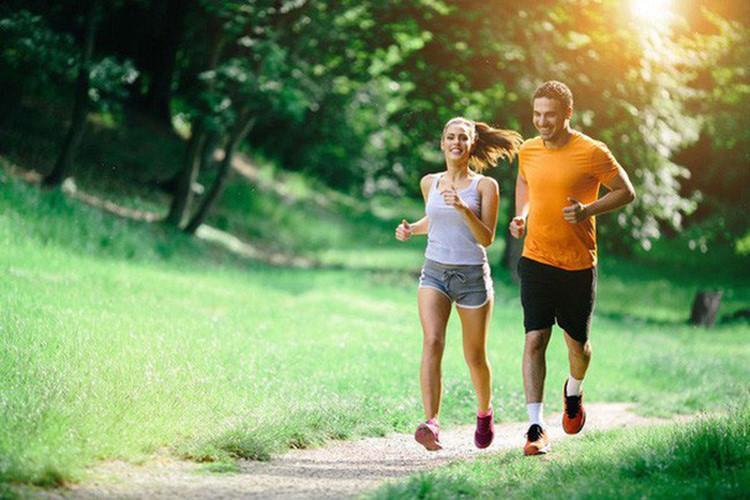 Lười tập thể dục: Để tăng cường sự hấp thụ canxi, chúng ta cần tập thể dục ít nhất 30 phút mỗi ngày. Bạn có thể tập thể dục nhịp điệu, chạy bộ, đạp xe, chống đẩy, tập tạ…tùy theo sở thích và thể trạng của mình.