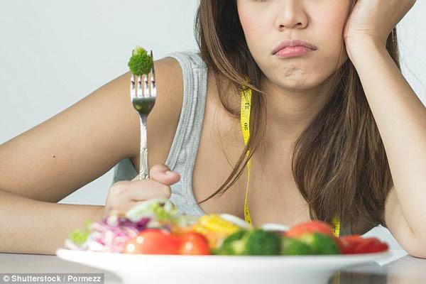 Ăn kiêng để giảm cân: Chế độ ăn kiêng làm giảm khả năng hấp thụ và lưu trữ canxi của cơ thể. Do đó, bạn không nên áp dụng chế độ ăn kiêng quá khắc nghiệt. Trong thời gian ăn kiêng, bạn cần bổ sung canxi một cách hợp lý cho cơ thể.