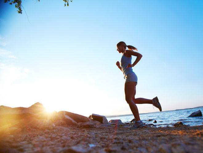 Ít tiếp xúc với ánh nắng: Da của chúng ta có thể tự tổng hợp vitamin D trong ánh nắng mặt trời. Vitamin D có thể giúp cơ thể chúng ta hấp thụ canxi. Hơn 20 phút mỗi ngày dưới ánh nắng mặt trời đủ để thúc đẩy quá trình tự tổng hợp vitamin D, tăng cường hấp thụ canxi.