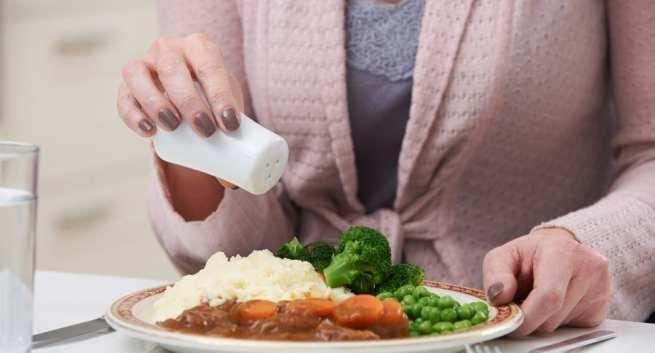 Ăn quá mặn là nguyên nhân hàng đầu gây thiếu canxi nghiêm trọng. Trung bình tiêu thụ 6g muối sẽ làm mất đi khoảng 40 đến 60mg canxi. Lượng muối chúng ta tiêu thụ hàng ngày vượt qua mức Tổ chức Y tế thế giới khuyến nghị (5 gram mỗi ngày) trong khi lượng canxi bổ sung (400mg) chỉ bằng 1 nửa khuyến cáo (800mg).