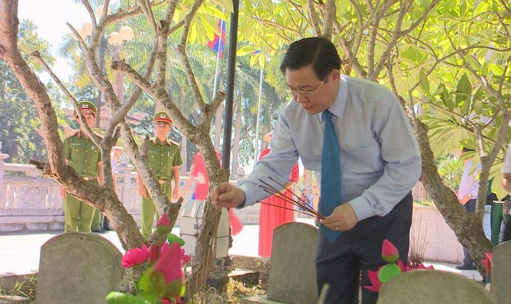Phó Thủ tướng Vương Đình Huệ thắp hương tại phần mộ các anh hùng liệt sỹ tại Nghĩa trang liệt sỹ Quốc tế Việt - Lào.