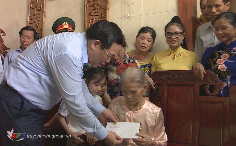 Phó Thủ tướng Vương Đình Huệ thăm hỏi, tặng quà