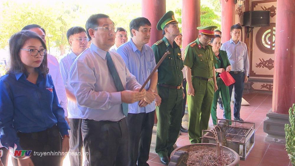 Phó Thủ tướng Vương Đình Huệ thắp hương tại phần mộ 13 liệt sỹ thanh niên xung phong Truông Bồn.