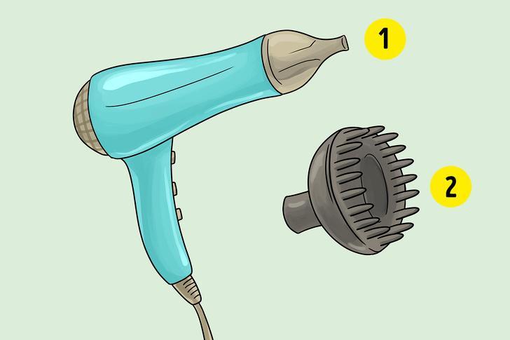 Bắt đầu sấy với ống khuếch tán: Điều này làm gấp đôi nguy cơ chẻ ngọn tóc và quăn tóc vì tóc ướt thường dễ gãy hơn và tốc độ gió mạnh sẽ làm tăng nguy cơ tổn thương tóc. Hãy bắt đầu sấy tóc với ống thường, tốc độ gió chậm và nhiệt độ trung bình.