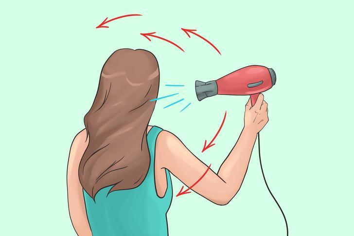 Giữ máy sấy ở một tư thế: Nhưng nhiều người sấy tóc bằng cách giữ máy sấy ở nguyên một vị trí. Bạn nên di chuyển máy sấy liên tục, đổi góc độ, xoay máy sấy xung quanh đầu. Điều này sẽ giúp bạn có được mái tóc khô và sạch nhanh hơn rất nhiều.