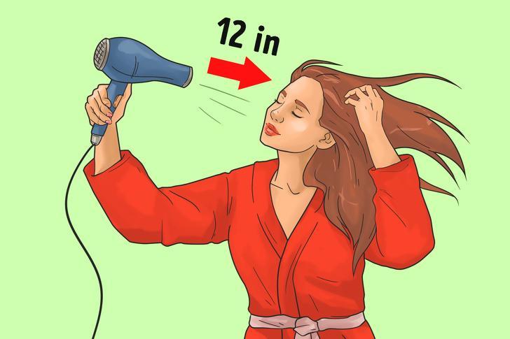 Để máy sấy quá gần tóc: Nếu bạn để máy sấy quá gần đầu, bạn không chỉ khiến tóc giòn và dễ gãy hơn, mà còn có thể làm bỏng da đầu. Bạn nên giữ máy sấy cách đầu khoảng 30cm.