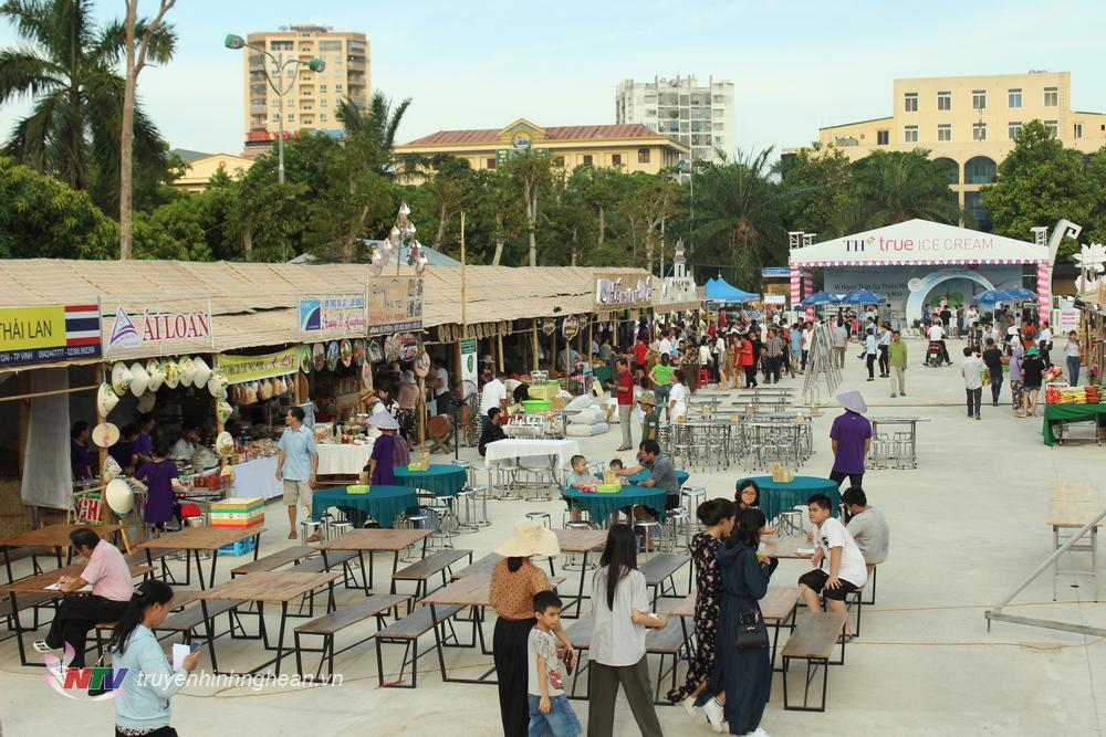 Trước giờ diễn ra khai mạc, đông đảo du khách đã đến tham quan các gian hàng ẩm thực.