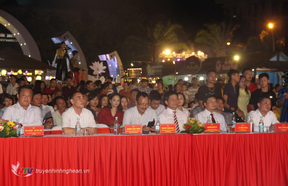 Các đại biểu dự lễ khai mạc