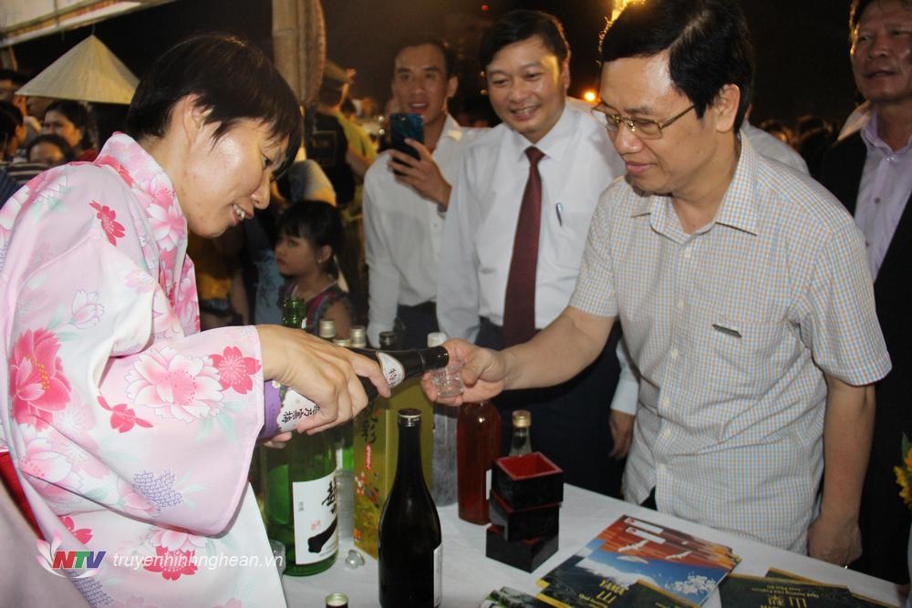 Lãnh đạo tỉnh tham quan các gian hàng trưng bày tại Festival Văn hóa Ẩm thực du lịch Quốc tế - Nghệ An 2019