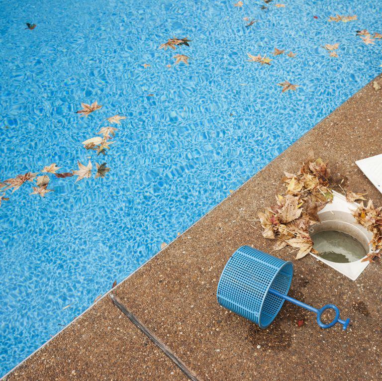 Nước bể bơi vẩn đục: Nếu nước bể bơi không trong suốt và sáng, đừng bao giờ ngâm mình xuống đó. Tình trạng này có thể gây nguy hiểm cho sức khỏe người bơi. Bạn cũng nên chú ý đến các nắp đậy lỗ thoát nước bể bơi để đảm bảo an toàn khi nước bể được hút ra ngoài.