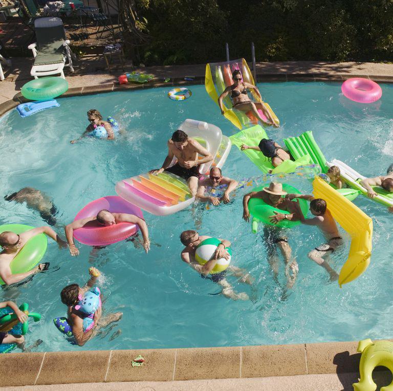 Có quá đông người trong bể bơi: Thêm một người là thêm vô số vi trùng, vi khuẩn và virus vào nước bể. Quá nhiều người trong bể bơi cũng làm phân tán sự chú ý của nhân viên cứu hộ, khiến bể bơi kém an toàn hơn.