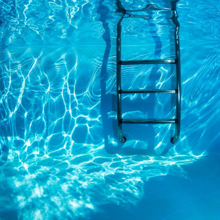 Thang bể bơi không được mang đi khi không sử dụng: Thang bể bơi là công cụ thiết yếu để xuống và lên khỏi bể bơi, tuy nhiên nếu không có người lớn hoặc nhân viên cứu hộ, thang bể bơi cần được cất đi để tránh trẻ nhỏ trên bờ tiếp cận thang và trượt chân xuống bể.