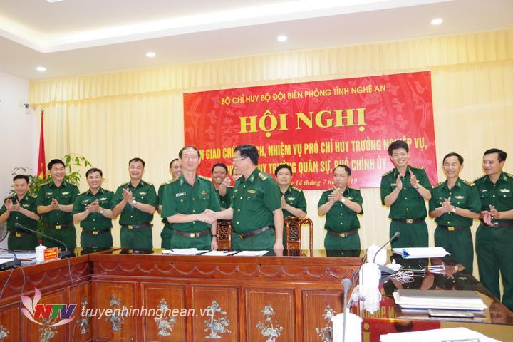 Bàn giao nhiệm vụ giữa Đại tá Hoàng Văn Hùng – Phó chính ủy và Đại tá Lê Như Cương – Chính ủy