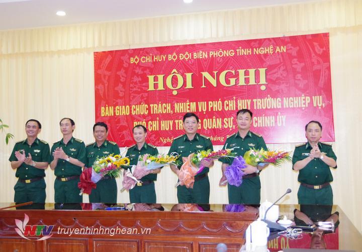 Lãnh đạo Bộ Chỉ huy Bộ đội Biên phòng Nghệ An tặng hoa chúc mừng.